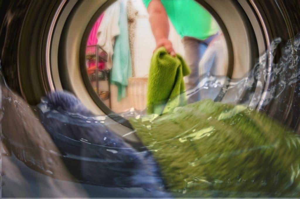 pralce po praniu na dnie bębna1
